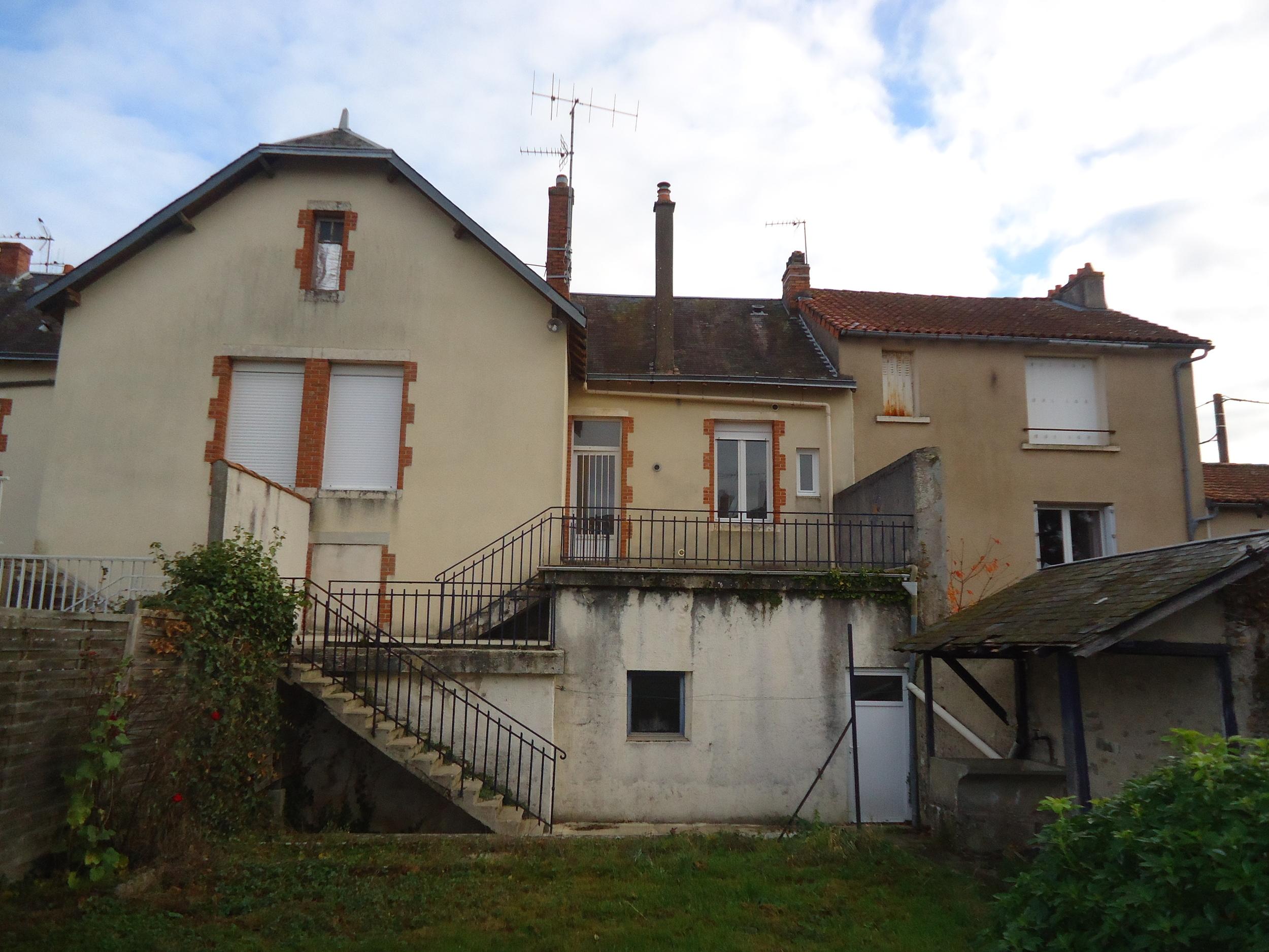 Je vous propose une maison de 3 pièces, habitable de suite. <BR>Au rez de chaussée  garage et une pièce à rafraîchir<BR>A l'étage : Séjour, cuisine, 2 chambres et 1 salle d'eau avec WC. <BR>Chauffage gaz.<BR>Possibilité d'en faire une location. Ancien loyer: 520 euros. Honoraires : 5.63% du prix de vente.Mme Lucie RAME 0601072615 / 0535535505poste2021 parthenay@maxihome.email   Agent commercial indépendant du réseau national clairimmo Maxihome N° RSAC : 815 116 13200011 PRIUM - Ville du greffe : PARIS
